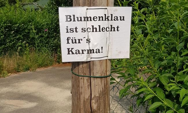 """""""Blumenklau ist schlecht für´s Karma"""" - Gefunden auf der Billerhuder Insel (Hamburg-Hamm). Die Blumen neben dem Schild sind wunderschön. Trotzdem Finger weg :)"""