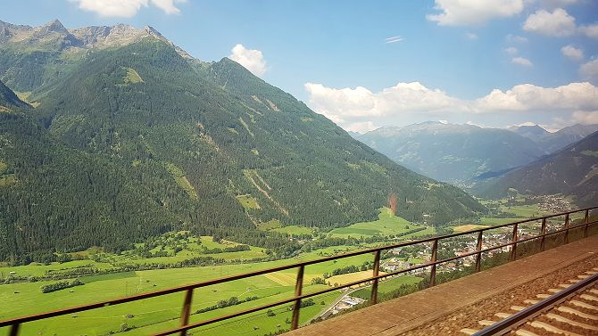 Der Zug fährt immer Höhe über die Tauernbahn von Kärnten nach Salzburg. Ein toller Blick vom Zug aus.