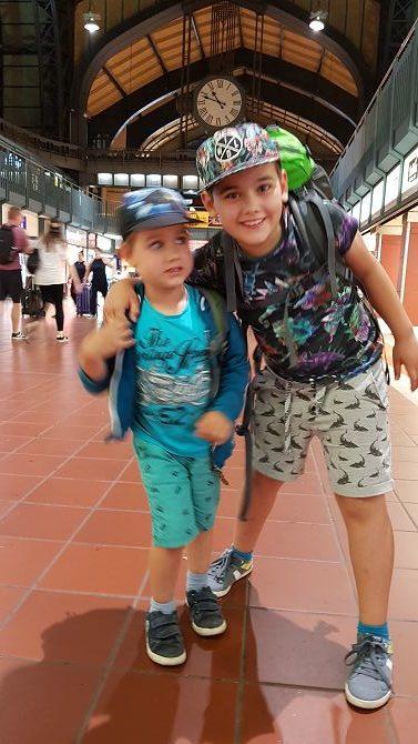 Ankunft in Hamburg mit zwei überdrehten Jungs nach einer überlangen Fahrt dank DB.