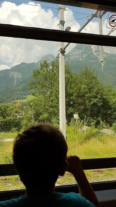 Auch die Kinder sehen sich die vorbeiziehende Landschaft an.