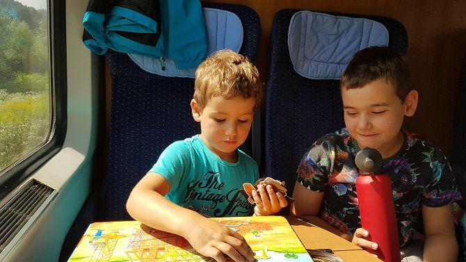 """Die Kinder spielen entspannt im """"Familienbereich"""" der Deutschen Bahn"""