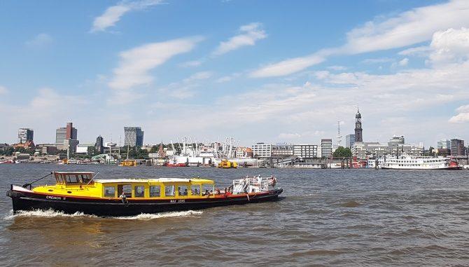 """Im Juli haben wir noch eine Fahrt mit einem """"Ausflugsdampfer"""" von der Hafencity nach Bergedorf gemacht. Bei Traumwetter gestartet, schlug das Wetter um. Eine umfangreiche Bildreportage folgt nicht. Es zeigt sich immer wieder wie vielfältig Hamburg ist. Einerseits Millionenmetropole, andererseits grüne und ländliche Oase."""