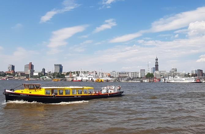 """Im Juli haben wir noch eine Fahrt mit einem """"Ausflugsdampfer"""" von der Hafencity nach Bergedorf gemacht. Bei Traumwetter gestartet, schlug das Wetter um. Eine umfangreiche Bildreportage folgt selbstverständlich demnächst. Es zeigt sich immer wieder wie vielfältig Hamburg ist. Einerseits Millionenmetropole, andererseits grüne und ländliche Oase."""