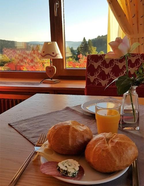 Leckeres Frühstück mit Blick auf den Schwarzwald