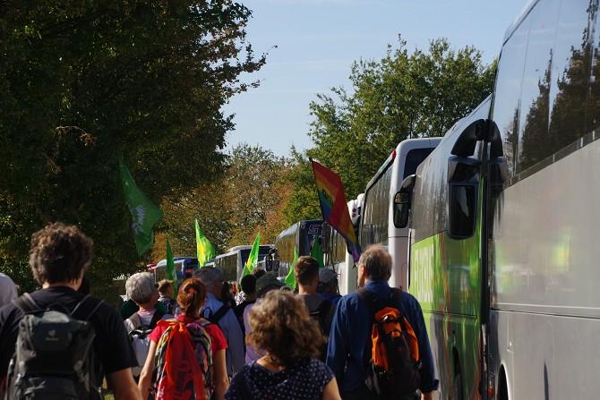 Bild: Demonstranten gehen an Bussen vorbei
