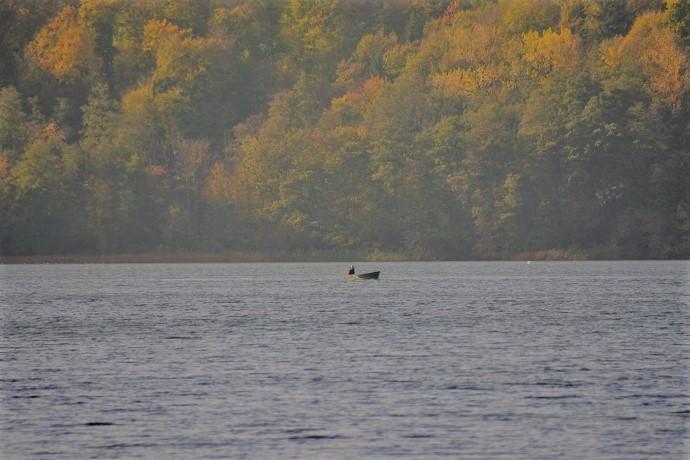 Angler mit seinem Boot auf dem Küchensee